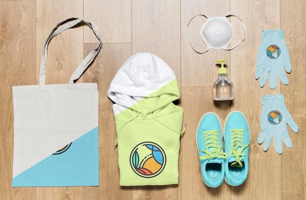 Vista superior mock-up dobrado hoodies com bolsa e sapatos Psd grátis