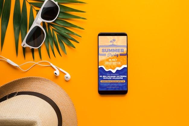 Vista superior óculos de sol com chapéu e telefone celular Psd grátis