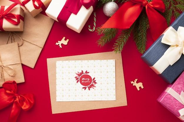 Vista superior presentes em fundo vermelho de natal Psd grátis