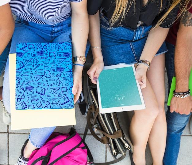 Volta ao conceito de escola com meninas olhando para tablet e capa Psd grátis