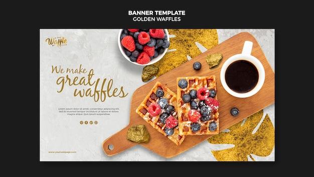 Waffles dourados com bandeira de frutas Psd Premium
