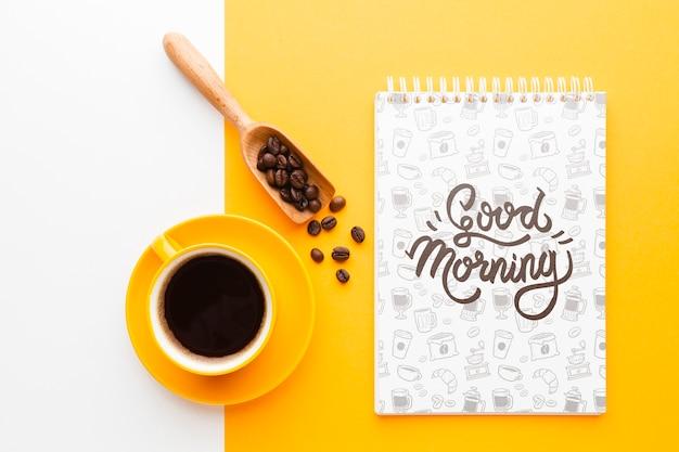 Xícara de café ao lado de uma maquete de notebook Psd grátis