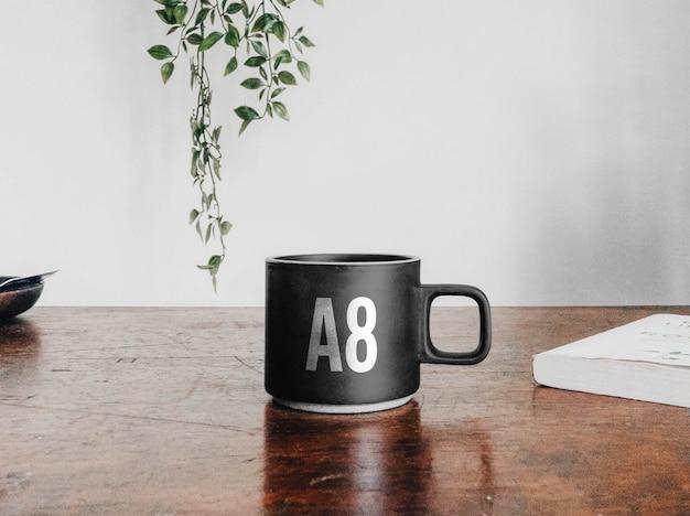 Xícara de café de cerâmica na maquete de mesa Psd Premium