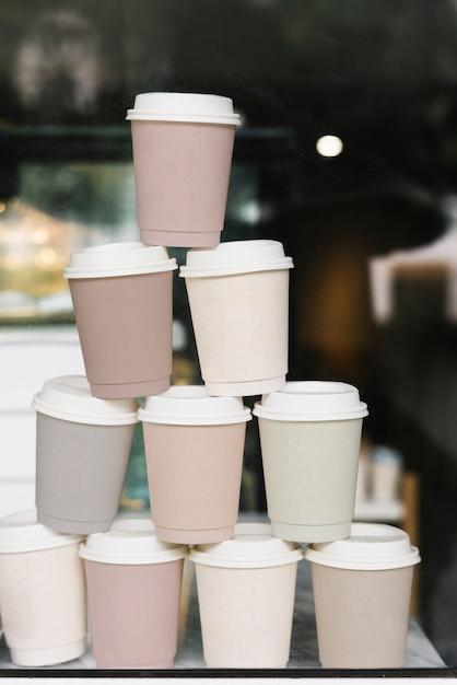Xícara de café de papel empilhadas maquete Psd grátis