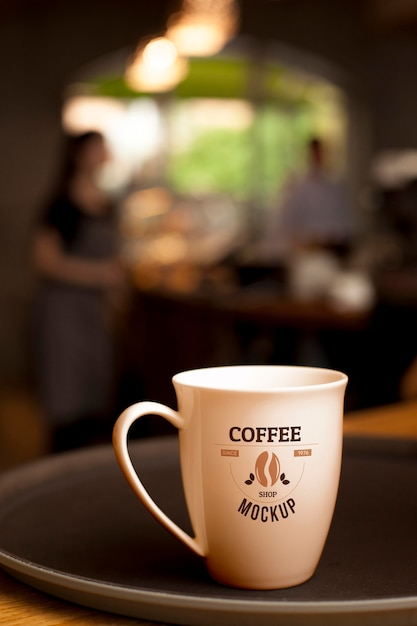 Xícara de café no prato com fundo desfocado Psd grátis