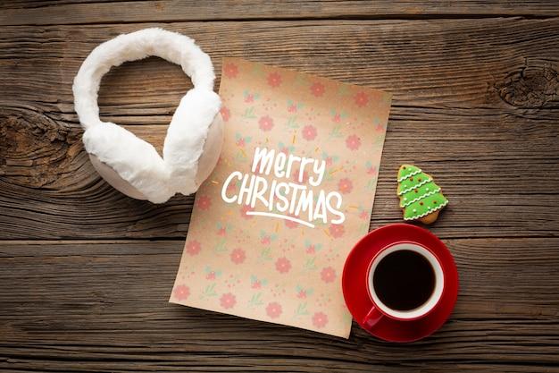 Xícara de café plana leigos com carta de feliz natal Psd grátis