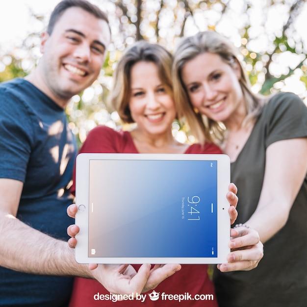 Maquette de tablette avec trois amis Psd gratuit