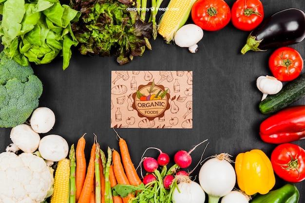 Mockup di verdure con cartone in mezzo scaricare psd gratis