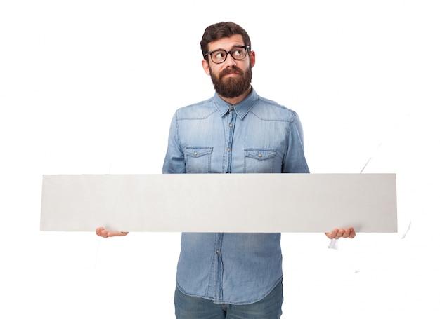 Pensieroso giovane uomo con un cartello bianco scaricare