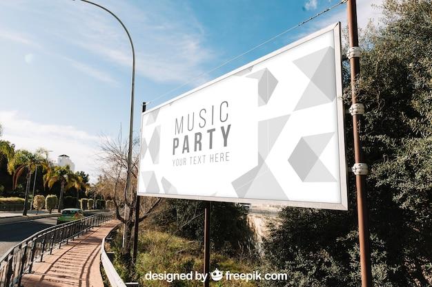 Billboard-Modell neben der Straße Kostenlose PSD