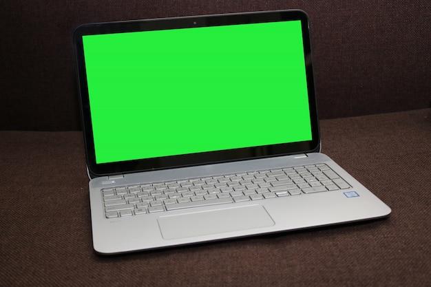 Blank Screen Laptop auf einem braunen Hintergrund Kostenlose PSD