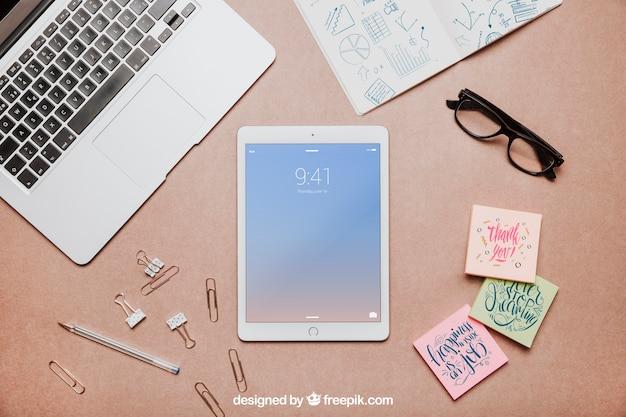 Draufsicht Arbeitsbereich mit Tablet Kostenlose PSD