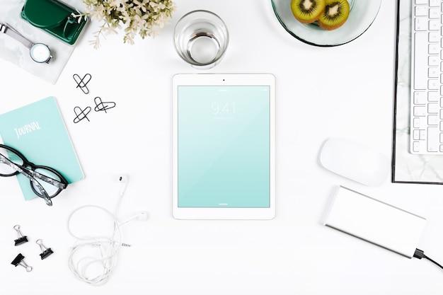 Draufsicht-Tablet-Modell auf Arbeitsbereich Kostenlose PSD
