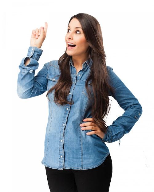 Glückliche Frau zeigt mit ihrer rechten Hand nach oben Kostenlose PSD