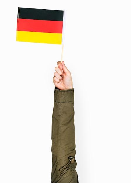 Hand, die deutsche Flagge hält | Download der kostenlosen PSD