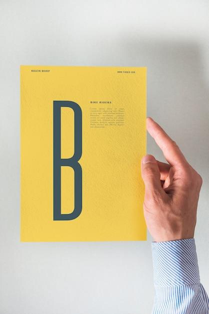 Hand, die gelbes Papiermodell hält | Download der kostenlosen PSD