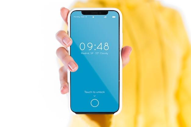 Hand, die Smartphonemodell hält Kostenlose PSD