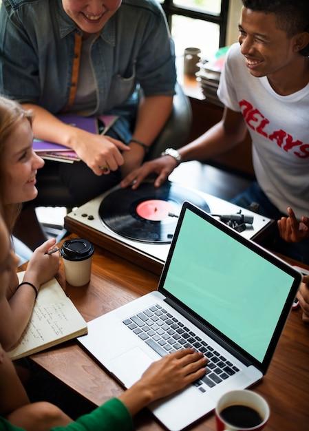 Jugendliche mit Laptop | Download der kostenlosen PSD