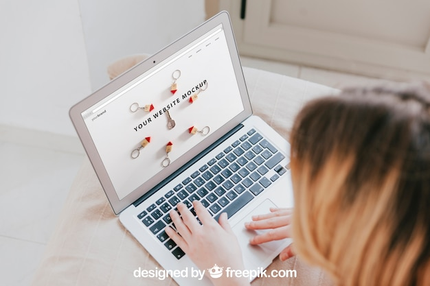 Laptop-Modell mit Kopf der Frau Kostenlose PSD