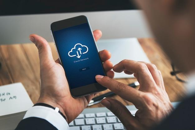 Nahaufnahme des Geschäftsmannes unter Verwendung des Smartphone mit Datenverarbeitungssymbol der Wolke Kostenlose PSD