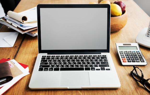 Nahaufnahme eines Laptops mit einem leeren Bildschirm Kostenlose PSD