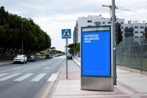 Plakat im Freien neben dem Park Kostenlose PSD