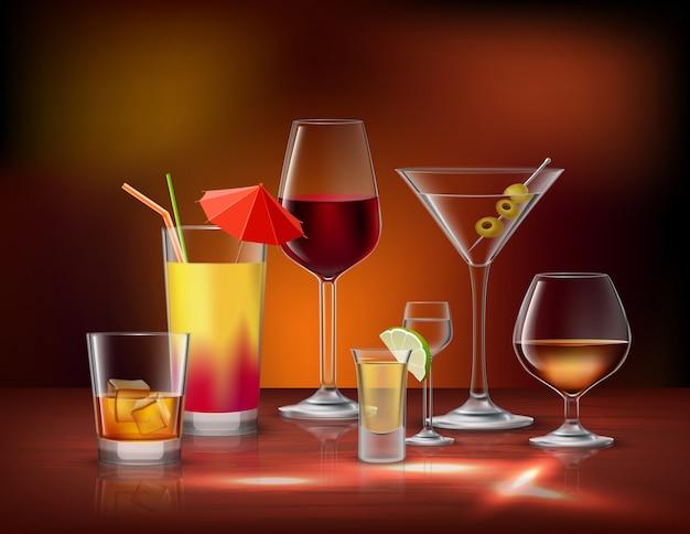 L'alcool boit des boissons dans des verres décoratifs icônes définies Vecteur gratuit