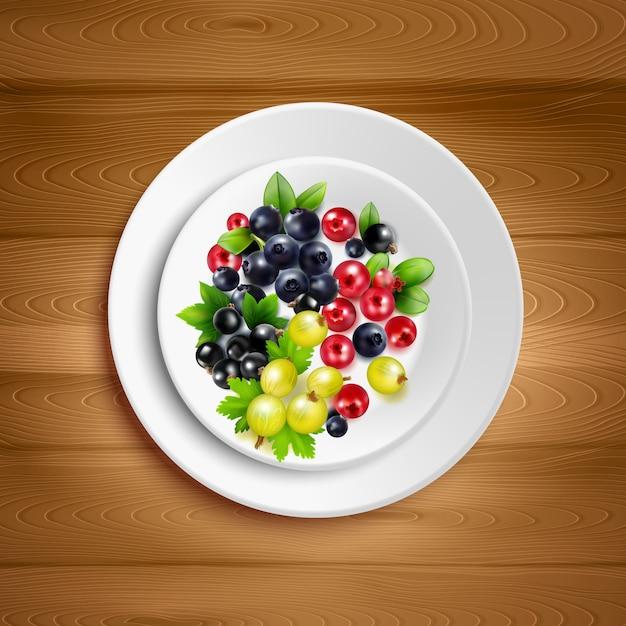 Assiette blanche avec mélange coloré de grappes de baies Vecteur gratuit