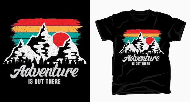 L'aventure Est Là-bas Typographie Avec T-shirt De Montagnes Vecteur Premium