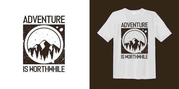 L'aventure En Vaut La Peine T-shirt Avec Logo De Montagne Silhouette Vecteur Premium
