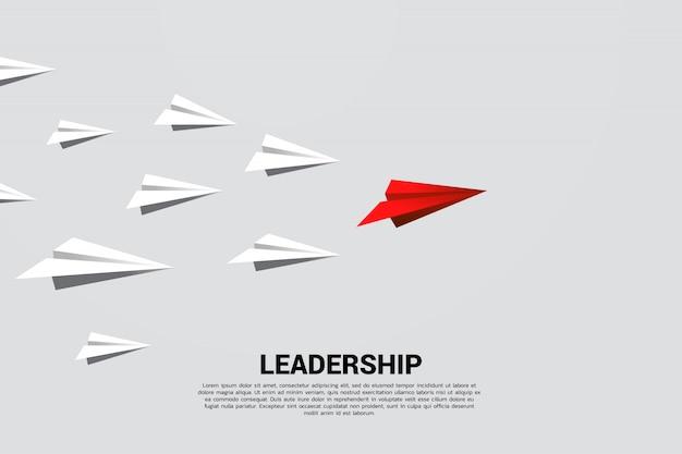 Avion en papier origami rouge menant groupe de blanc. concept d'entreprise de mission de leadership et de vision. Vecteur Premium