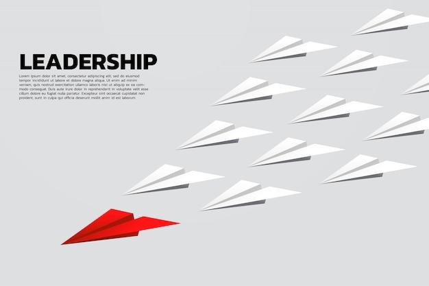 Avion en papier origami rouge menant groupe de blanc Vecteur Premium