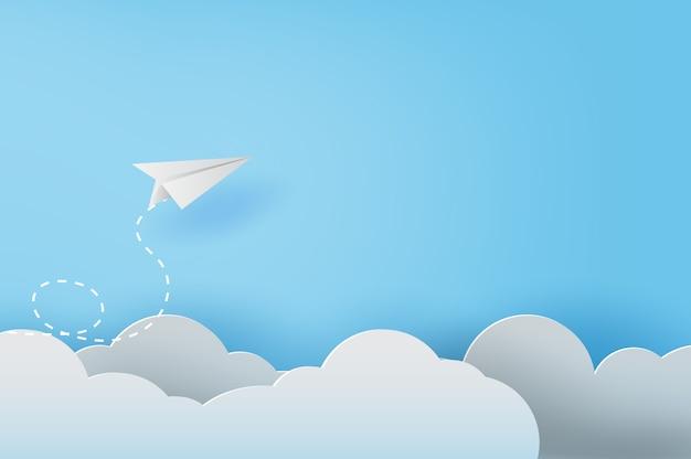 Avions en papier blanc volant sur un ciel bleu Vecteur Premium