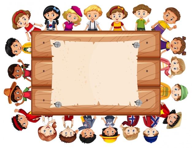Bannière avec beaucoup d'enfants autour de la planche de bois Vecteur gratuit