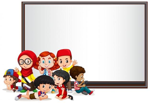 Bannière avec enfants et tableau blanc Vecteur gratuit