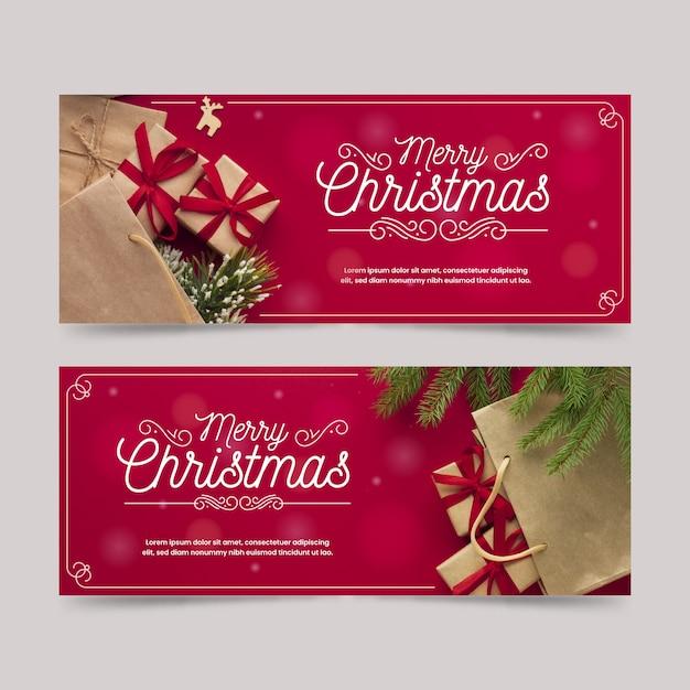 Bannières de noël avec des cadeaux et des feuilles de pin Vecteur gratuit