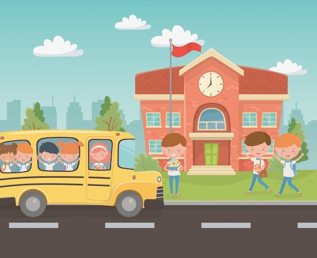 Bâtiment scolaire et bus avec des enfants dans la scène Vecteur gratuit