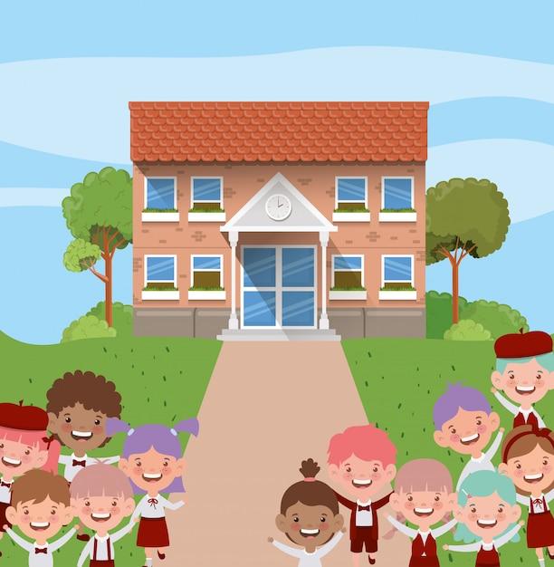 Bâtiment scolaire avec des enfants interraciaux dans la scène de la route Vecteur gratuit