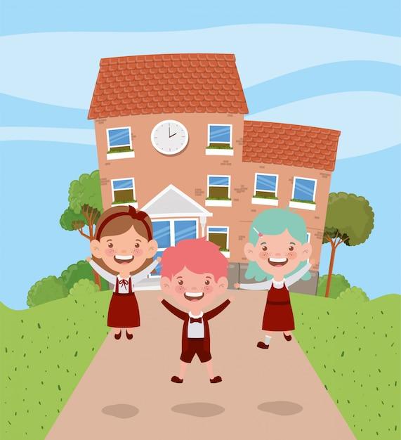 Bâtiment scolaire avec des enfants sur la route Vecteur gratuit