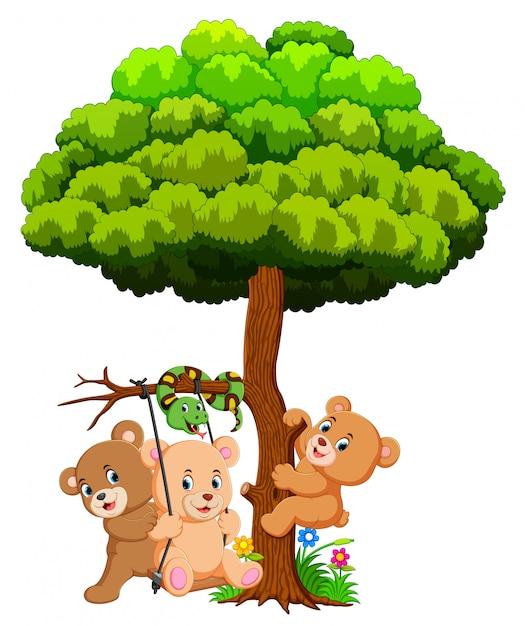 Beaucoup de bébés ours mignons et de serpents jouant sous un arbre Vecteur Premium