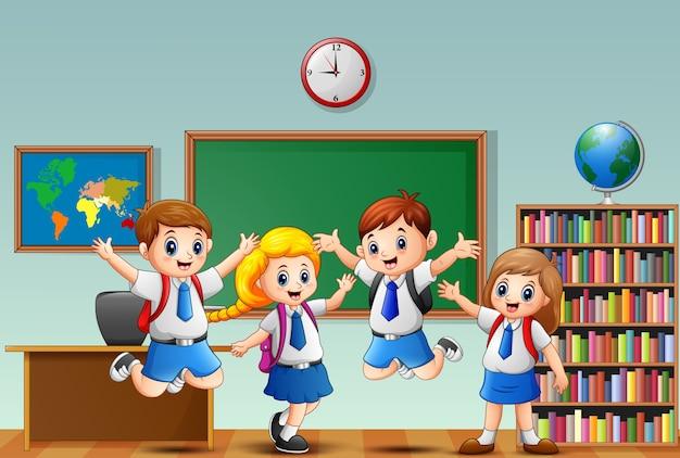 Beaucoup d'enfants agitant la main devant la salle de classe Vecteur Premium
