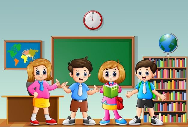 Beaucoup d'enfants debout devant la classe Vecteur Premium