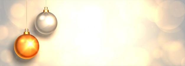 Belles boules de noël réalistes sur fond blanc Vecteur gratuit