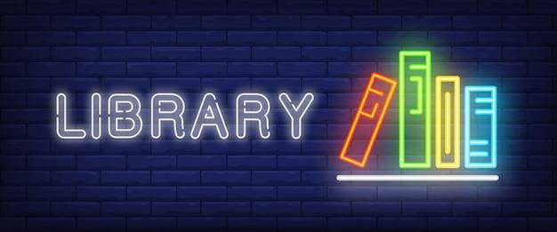 Bibliothèque texte néon et livres sur étagère Vecteur gratuit