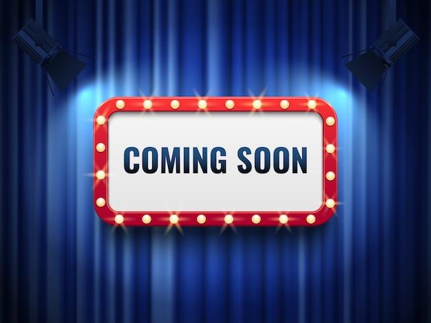 Bientôt disponible. concept d'annonce spéciale avec des rideaux bleus et signe de chapiteau léger. Vecteur Premium