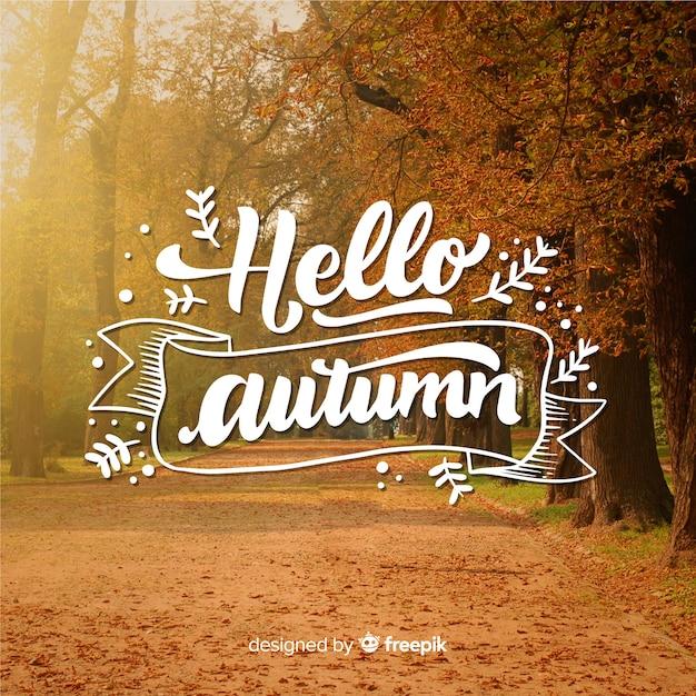 Bonjour lettrage d'automne avec photo Vecteur gratuit