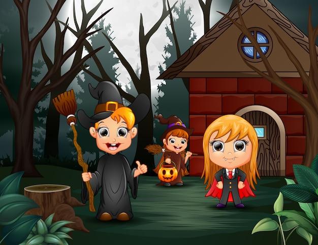 Bonne fête d'halloween avec un groupe d'enfants en costumes différents Vecteur Premium
