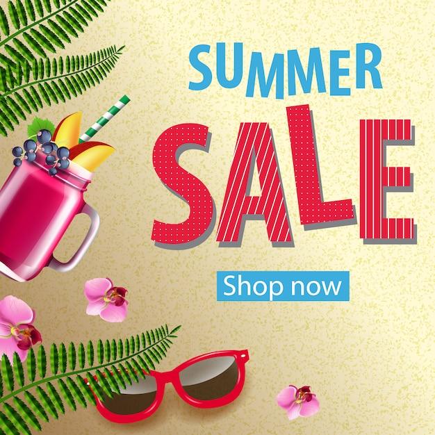 Boutique de vente d'été maintenant affiche avec fleurs roses, lunettes de soleil, tasse de smoothie berry Vecteur gratuit