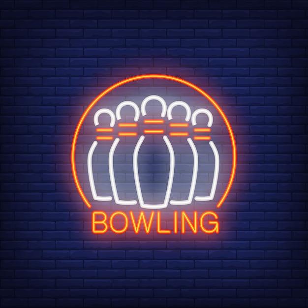 Bowling enseigne au néon avec des quilles et cadre rond. publicité lumineuse de nuit. Vecteur gratuit
