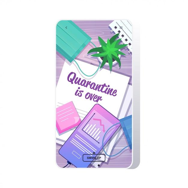 Bureau Vue En Angle De Travail Documents Papier La Quarantaine Est Terminée Lettrage Texte Mettant Fin à La Pandémie De Coronavirus Vecteur Premium